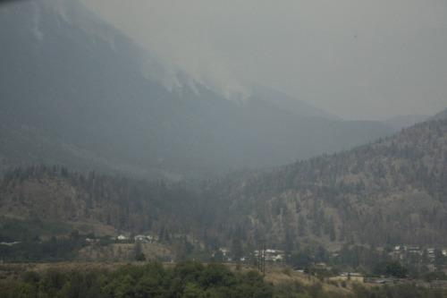 Als je goed kijkt zie je de rookpluimen op de berg.