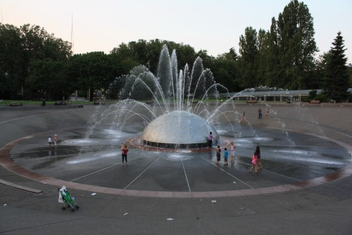 De International Fountain, een populaire ontmoetingsplaats in de stad