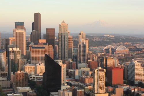 Zicht op downtown Seattle, met op de achtergrond Mount Rainier
