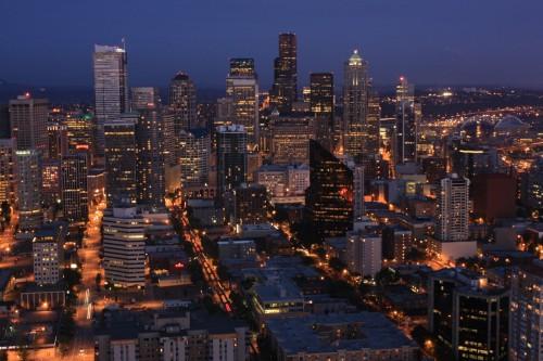 De wolkenkrabbers van Seattle in het donker