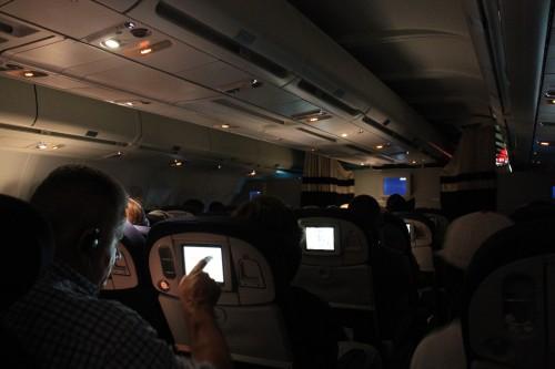 Binnen in het vliegtuig. Een lange zit zo in het donker!